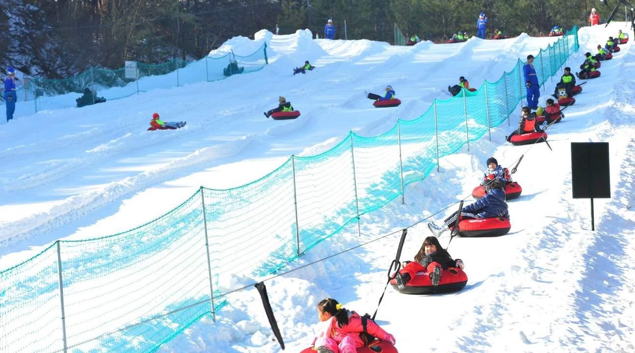 children snow sledding at Everland